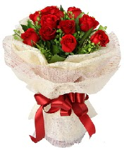 12 adet kırmızı gül buketi  Ordu uluslararası çiçek gönderme