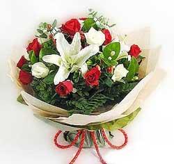 güller ve kazablanklardan görsel bir buket  Ordu çiçekçi mağazası