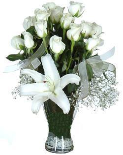 cam içerisinde 11 beyaz gül ve 1 kazablanka  Ordu hediye çiçek yolla