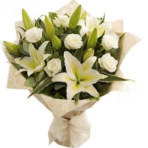 Ordu uluslararası çiçek gönderme  3 dal kazablanka ve 7 adet beyaz gül buketi