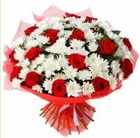 11 adet kırmızı gül ve beyaz kır çiçeği  Ordu çiçekçi mağazası
