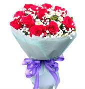 12 adet kırmızı gül ve beyaz kır çiçekleri  Ordu ucuz çiçek gönder