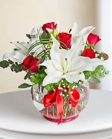 Fanus Vazoda 2 Lilyum ve 5 Gül Dansı  Ordu çiçek gönderme sitemiz güvenlidir